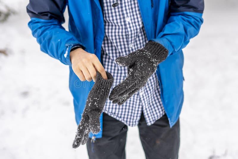Pålagda varma handskar för manhänder på en kall dag f för vinter fotografering för bildbyråer