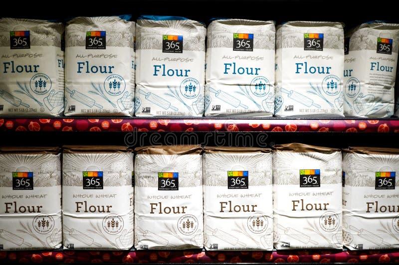 Påsar av vitt mjöl från den Whole Foods marknaden arkivbild