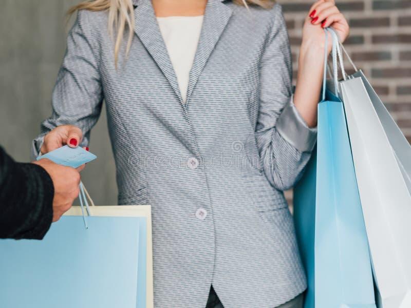 Påsar för livsstil för kreditkortbetalning kvinnliga shoppa royaltyfria bilder