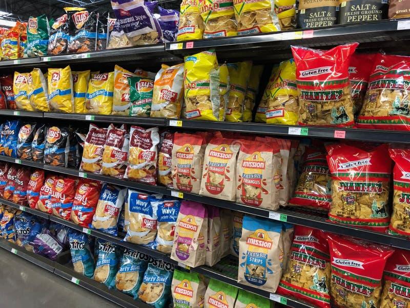 Påsar för potatischip på skärm i en supermarket fotografering för bildbyråer