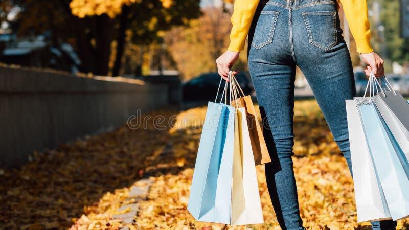 Påsar för shopping för kvinnastilmode faller staden royaltyfria foton