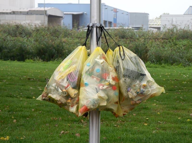 Påsar som innehåller plast-avfalls i Nederländerna royaltyfri foto