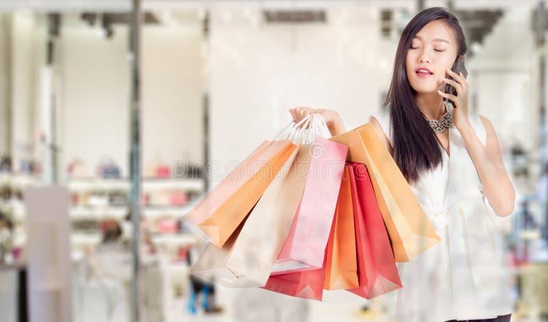 påsar som rymmer shoppingkvinnor arkivbilder