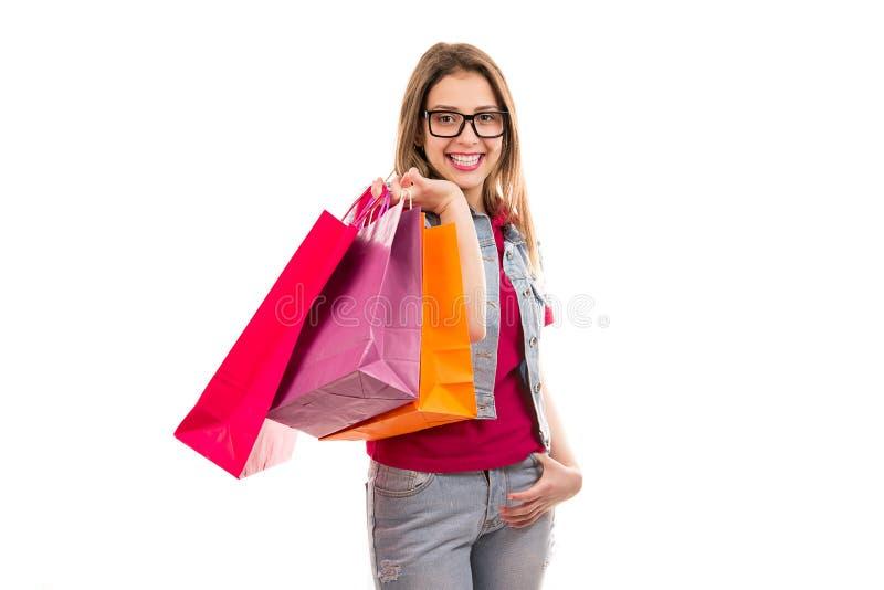 påsar som shoppar den le kvinnan royaltyfri bild