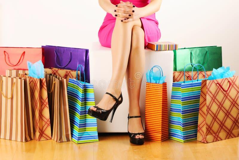 påsar som shoppar kvinnan royaltyfri foto