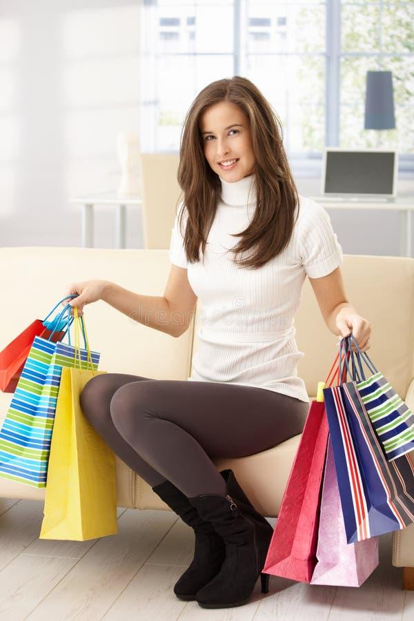 påsar som shoppar sofakvinnan arkivbilder