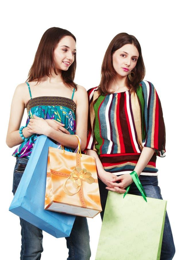 påsar som shoppar två unga kvinnor fotografering för bildbyråer
