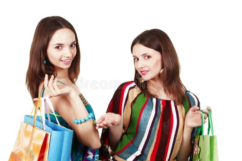 påsar som shoppar två unga kvinnor arkivfoto