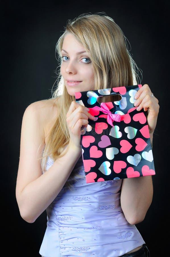 Påse för gåva för valentin` s i händer av den härliga flickan arkivbild
