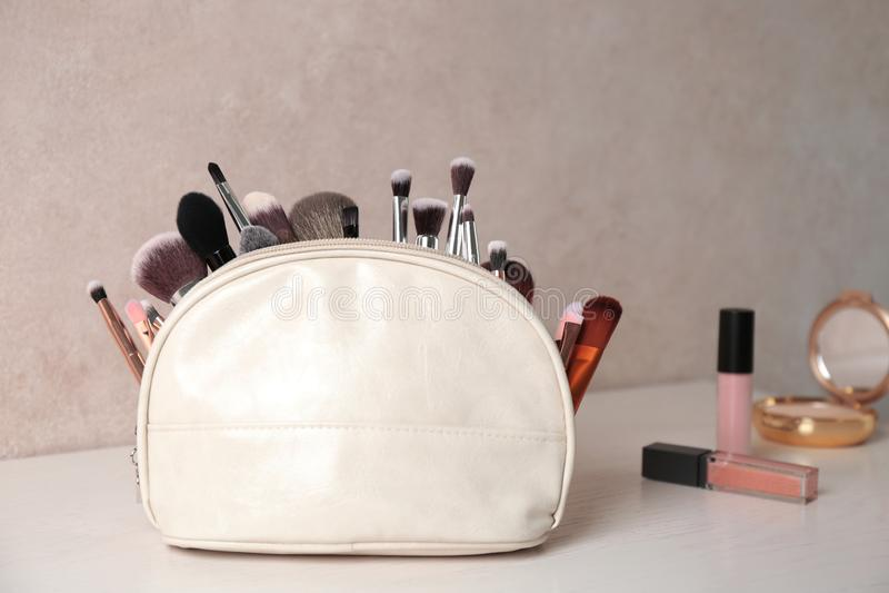 P?se med makeupborstar p? tabellen royaltyfri bild