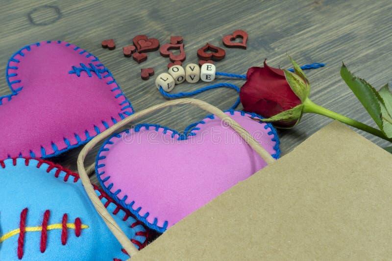 Påse mycket av den handgjorda hjärtasouvenir på lantligt trä arkivbilder