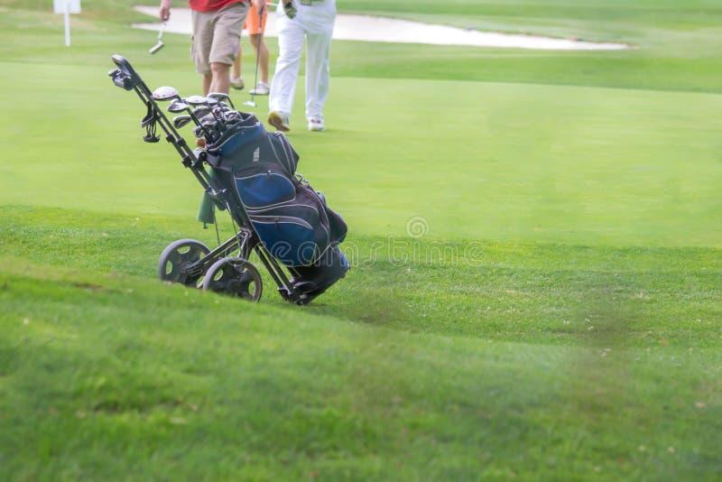 Påse och trundler för golf blå på golfbana arkivbilder