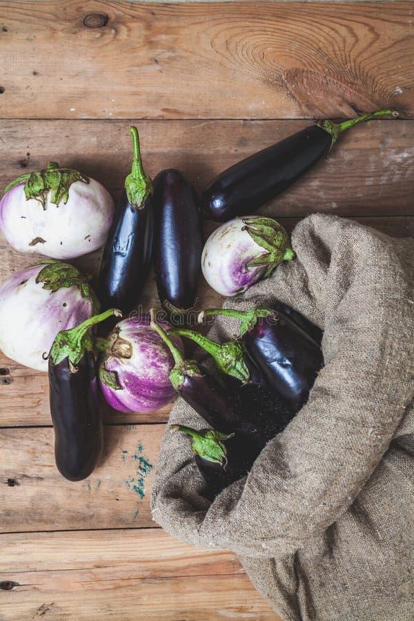 Påsen av blåa aubergine vilar på vit royaltyfria bilder