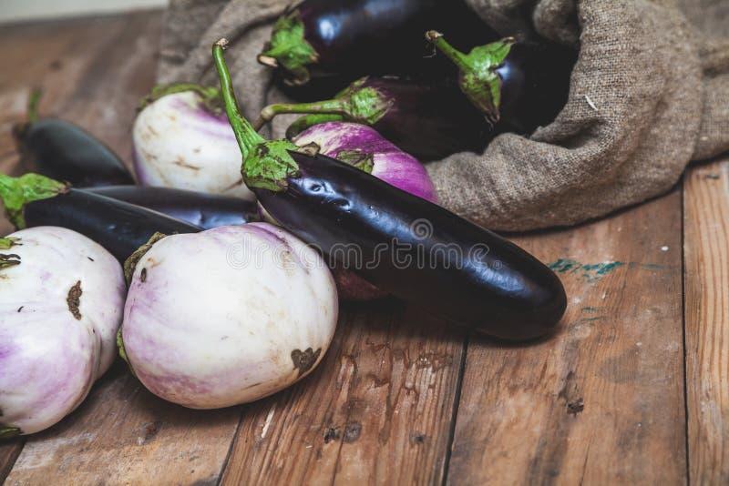 Påsen av blåa aubergine vilar på vit arkivbilder