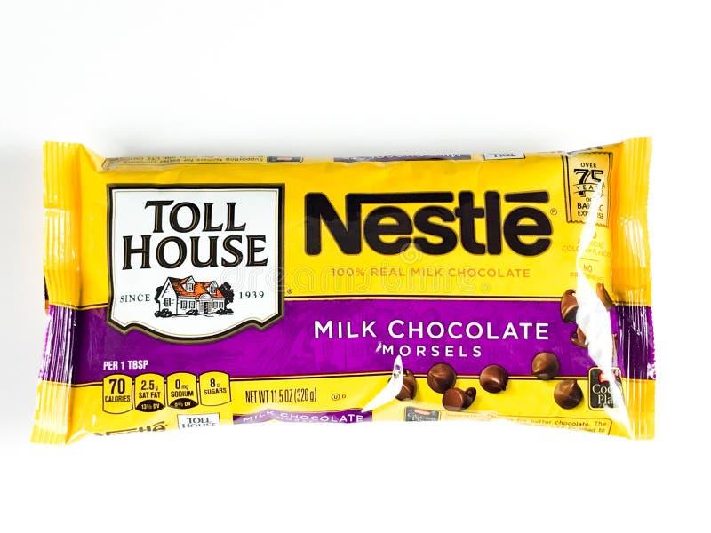 Påsen av Nestle mjölkar chokladmunsbitar på en vit bakgrund arkivfoton