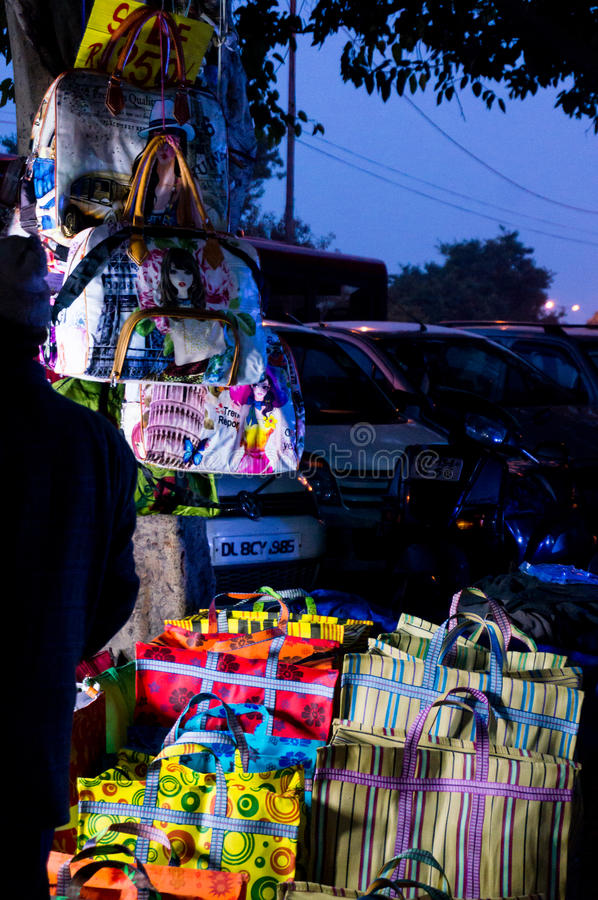 Påsen shoppar i Delhi Indien royaltyfria foton