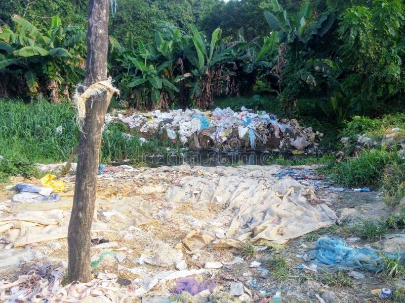 Påsetvätteri i strömmen för informell återvinning royaltyfri fotografi
