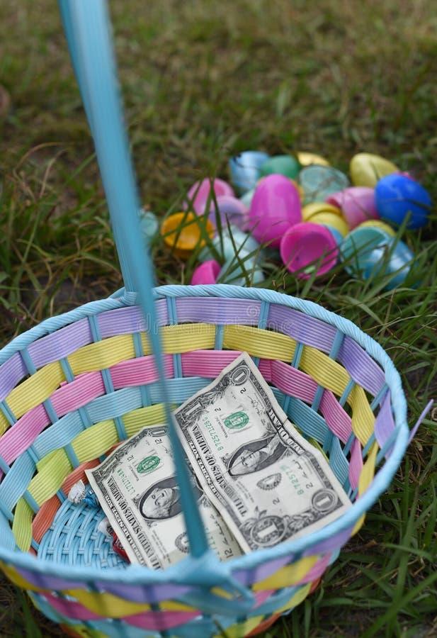 Påskägg Hunt Basket med pengar arkivbilder