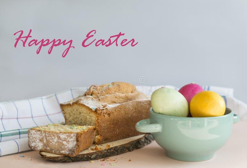 Påskägg, kokta målade ägg, mångfärgade, rosa, gula gröna ägg i en platta, muffin, påskkaka, kaka fotografering för bildbyråer