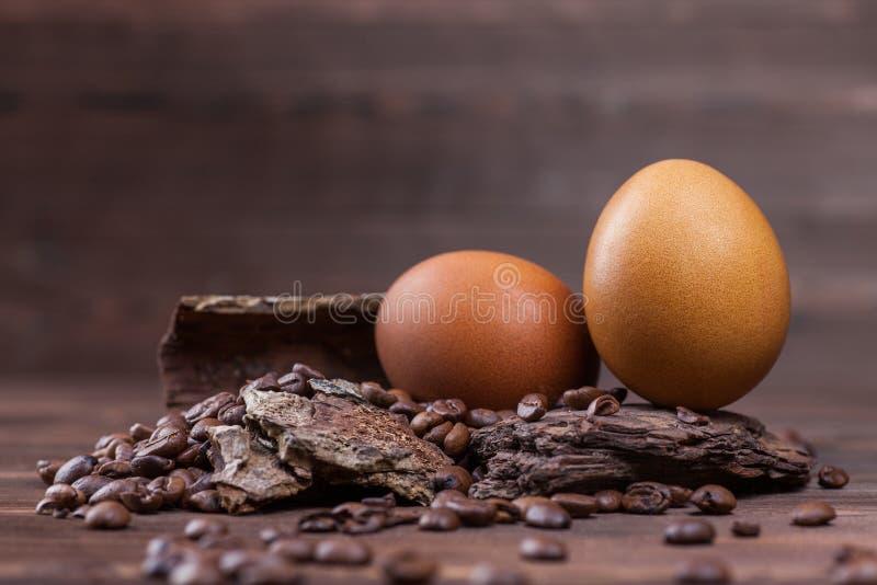 Påskägg som färgas med kaffe royaltyfri bild