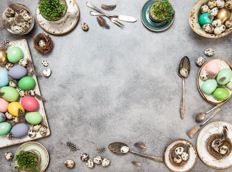 Påsk färgade lekmanna- ägggarneringferier framlänges royaltyfria foton