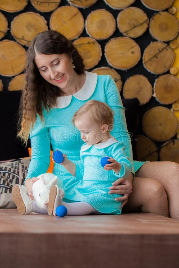 Påsk familj med den easter kaninen Moderjon royaltyfri fotografi