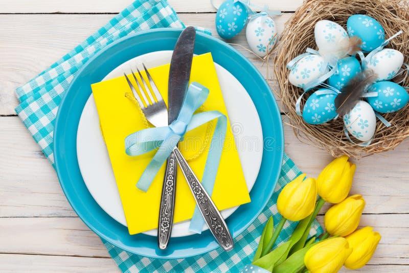 Påsk med gula tulpan och färgrika ägg royaltyfri foto