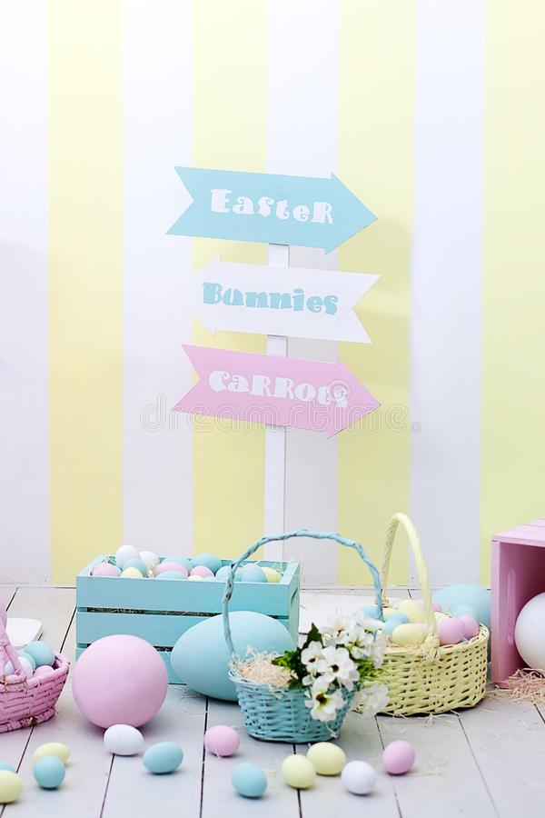 Påsk- och vårdekor Stor mång--färgad ägg och påskkanin royaltyfria bilder