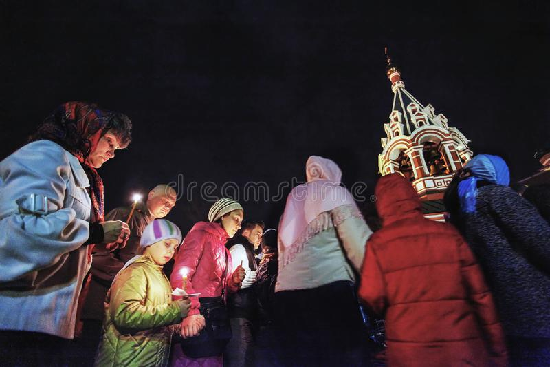 Påsk: Procession runt om kyrka på påsk i Ryssland royaltyfri bild