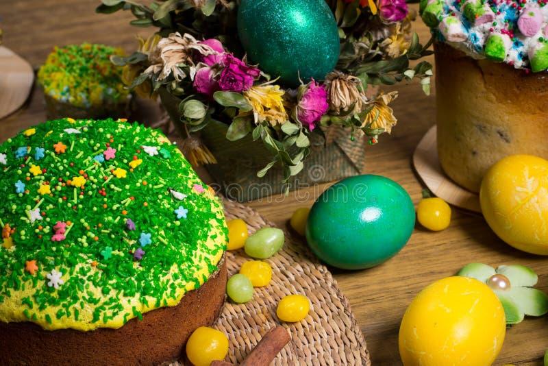 Påsk som firar familjmatställen, färgägg, kakor, fruktte, sötsaker fotografering för bildbyråer