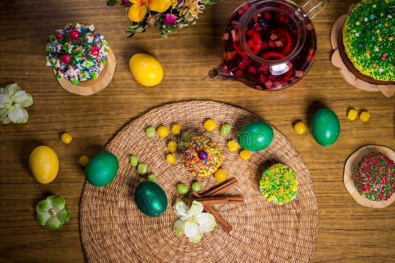 Påsk som firar familjmatställen, färgägg, kakor, fruktte, sötsaker royaltyfria bilder
