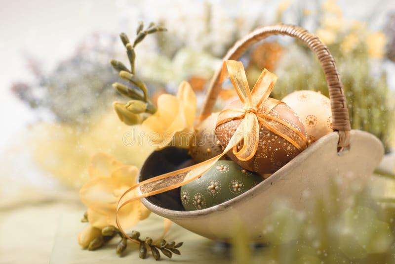 Påskbakgrund med ägg och vårblommor, royaltyfri foto