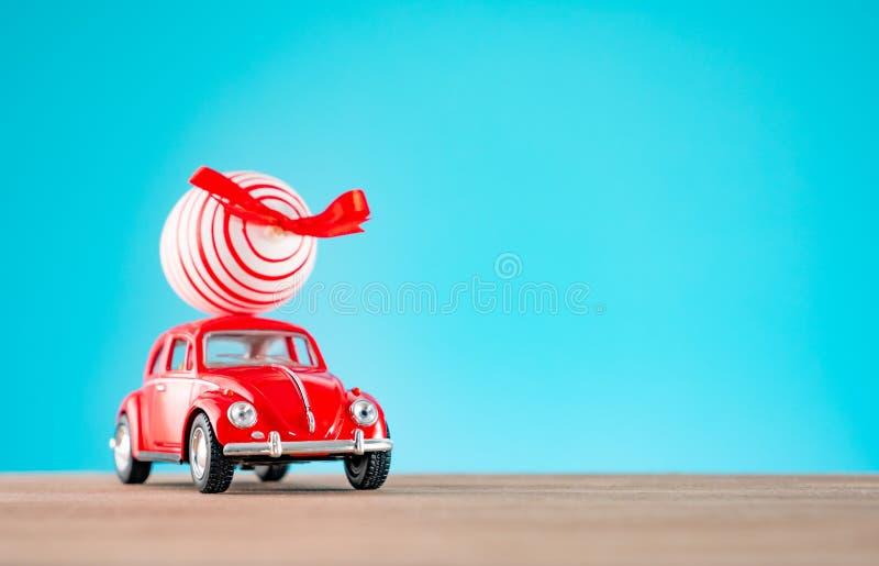 Påskbakgrund med den röda bilen och påskägget arkivbilder