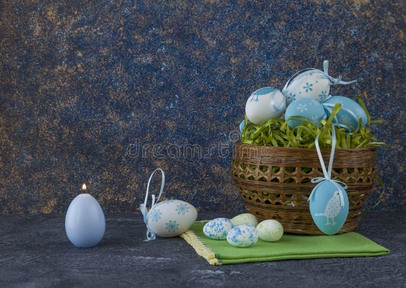 Påskbröd och blåa påskägg i en korg på mörkerstentabellen royaltyfri fotografi