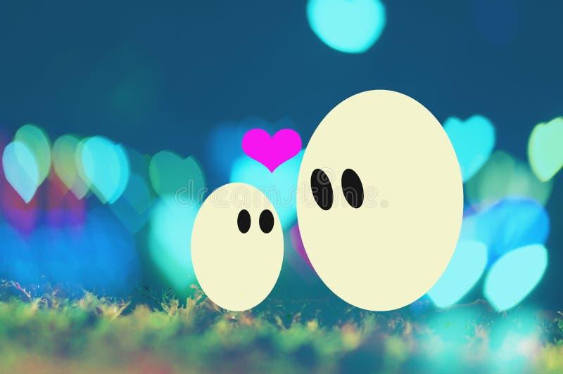 Påskdagen och ägg gör suddig brutna bakgrunder för hjärta arkivfoton