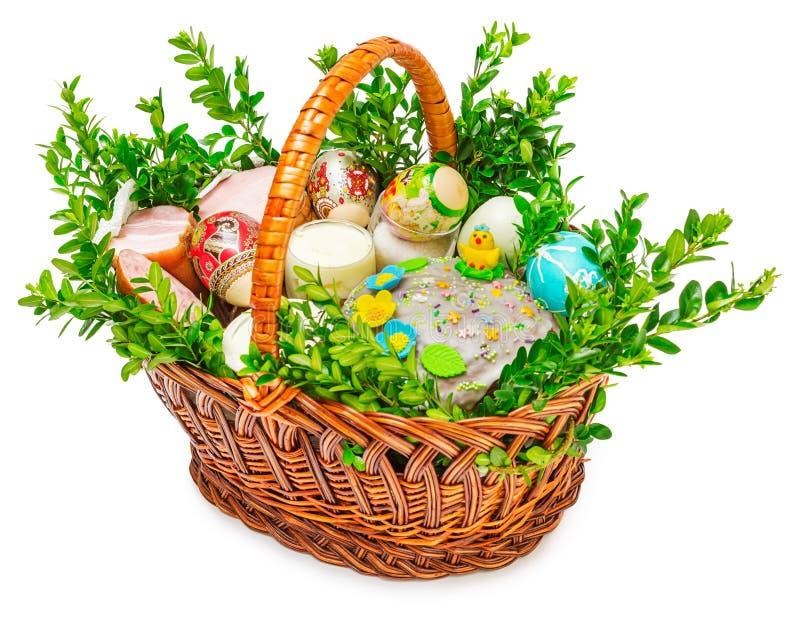 Påsken bakar ihop färgrika ägg i den isolerade korgen royaltyfri bild