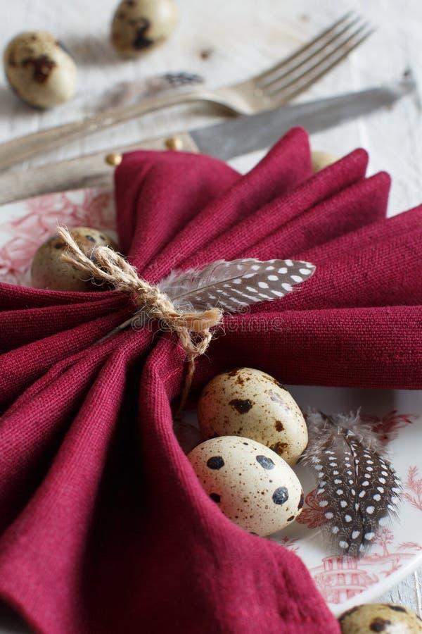 Påsken bordlägger inställningen med quailägg royaltyfria bilder