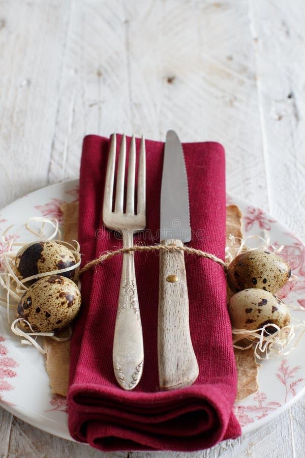 Påsken bordlägger inställningen med quailägg arkivbild