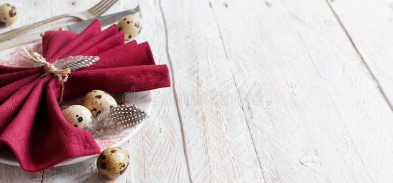 Påsken bordlägger inställningen med quailägg arkivfoton