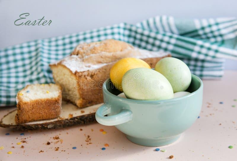 Påsken kokade ägg i en kakaplatta, handduk fotografering för bildbyråer