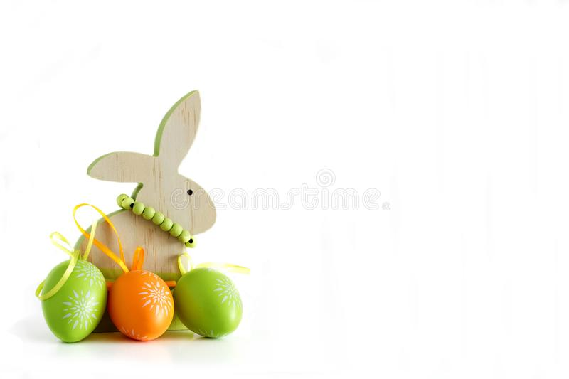 Påsken, träkanin och tre färgade ägg 1 royaltyfria foton