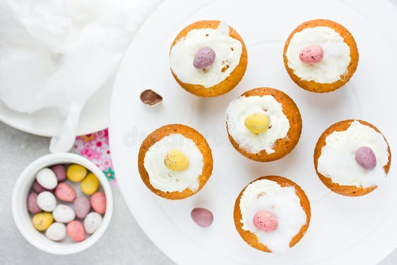 Påskfåglar bygga bo muffin med chokladgodisägg, piskat c royaltyfri fotografi