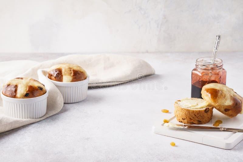 Påskfrukost med traditionellt arga bullar, smör och driftstopp arkivbild