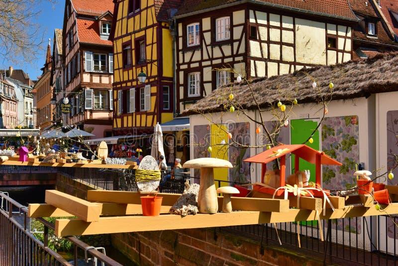 Påskgarnering av den gamla staden Stad av Colmar, Alsace region, Frankrike royaltyfri foto