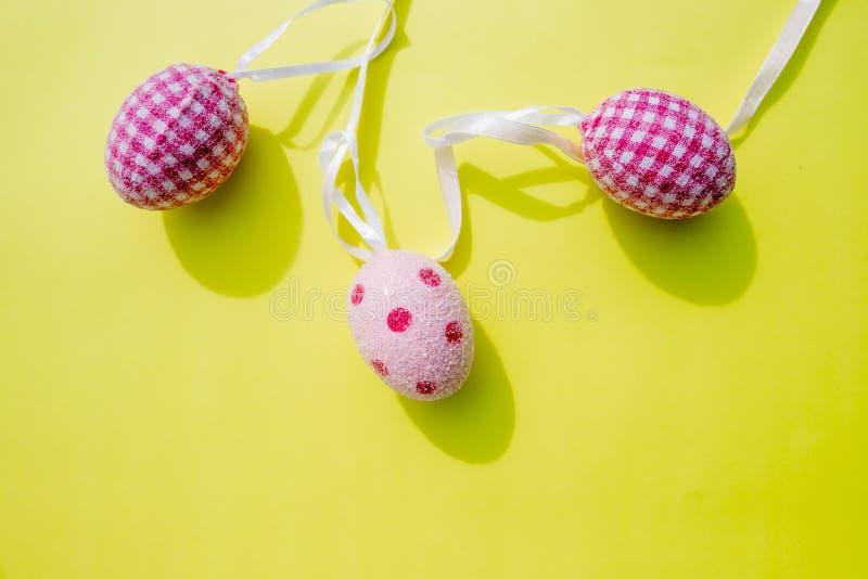 Påskgarnering, beståndsdelar för påskpartigarnering Ägggirland LYCKLIG PÅSK för hälsningkort som isoleras på guling royaltyfria bilder