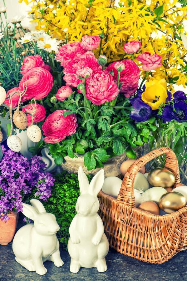 Påskgarnering blommar, ägg, kaniner, kakatappningstil arkivfoto