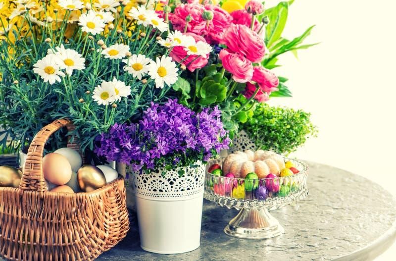 Påskgarnering med blommor, ägg och kakan tappning för stil för illustrationlilja röd arkivbilder
