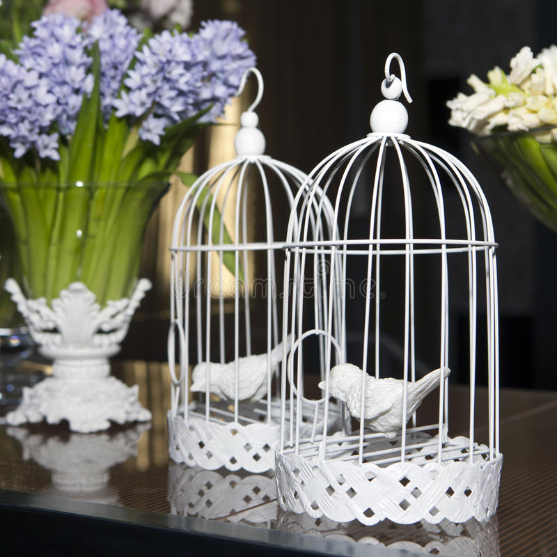 Påskgarnering med buren, fåglar, blommor royaltyfria bilder