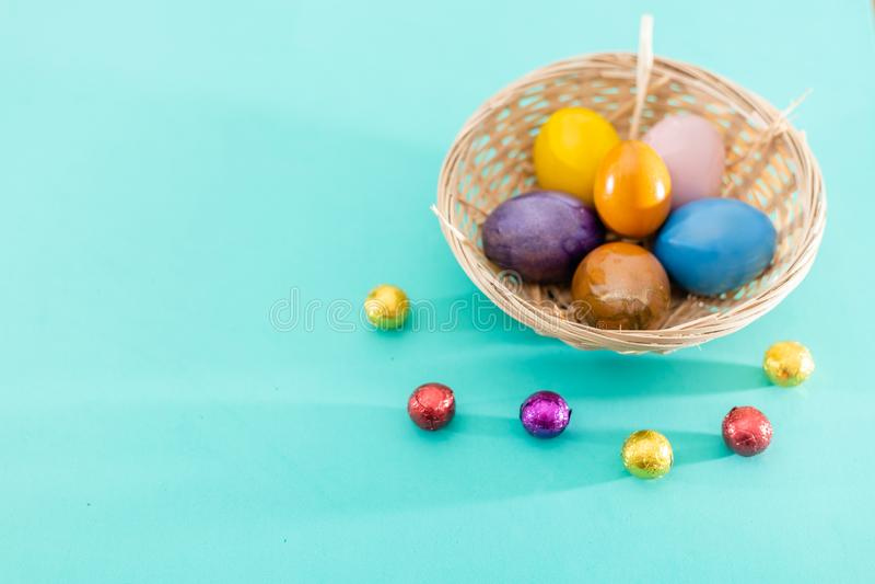 Påskgirland med färgrika easter ägg på grön bakgrund Sikt från över, kopieringsutrymme Ägg, knäpp blomma och randig torkduk royaltyfri foto