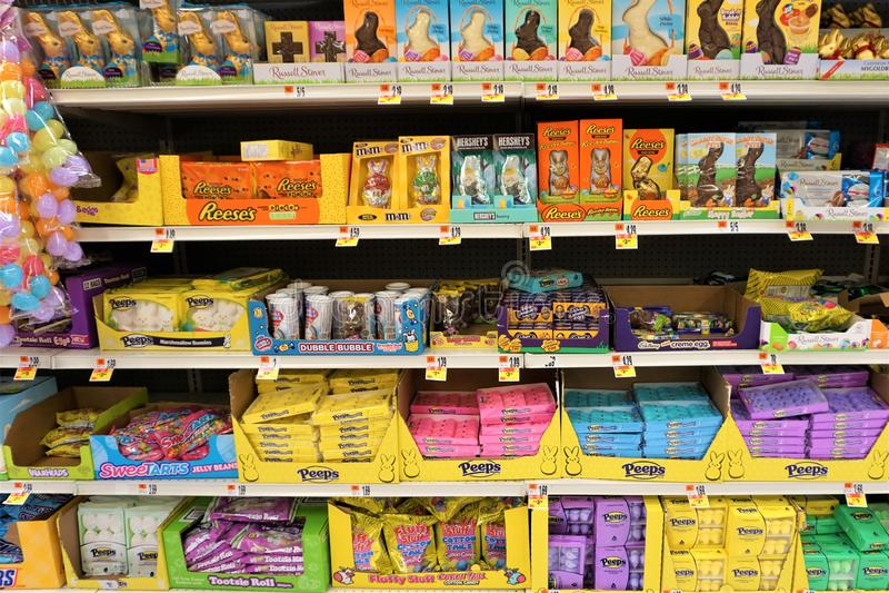 Påskgodis på supermarkethyllor royaltyfri bild